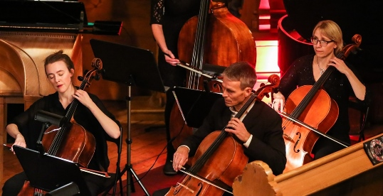 Cellister og bassist fra Oslo kammerorkester under julekonserten i Sagene kirke 2016